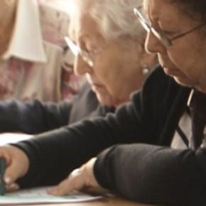 Residents de la Residència Nazaret dibuixant