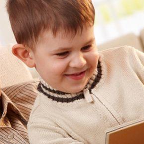 Leer un cuento a los más pequeños, un regalo para las personas mayores